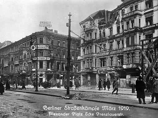 Straßenkämpfe; Passanten auf der Straße Alexanderplatz Ecke Prenzlauerstraße