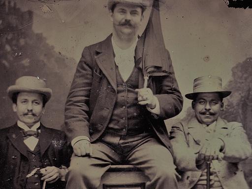 Friedrich Ebert mit zwei Freunden im Fotoatelier