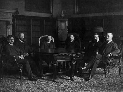 Gruppenaufnahme mit Mitgliedern des ersten Rates der Volksbeauftragten