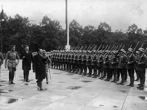 Abschreiten der Ehrenkompagnie vor dem Reichstag