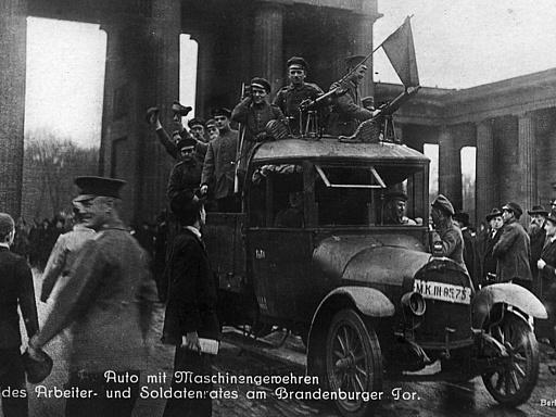 Auto mit Maschinengewehren des Arbeiter- und Soldatenrates am Brandenburger Tor in Berlin