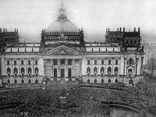 Demonstrierende Menge vor dem Portal des Reichstagsgebäudes; ca. 1918