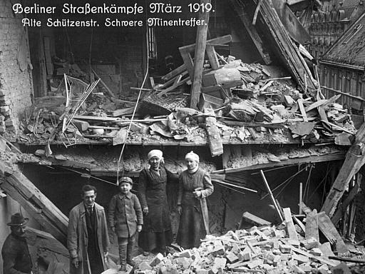 Straßenkämpfe; Aufräumarbeiten in stark zerstörtem Haus in der Alten Schützenstraße