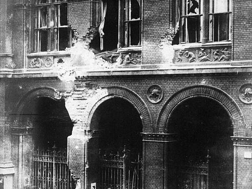 Berliner Straßenkämpfe; das durch Artilleriefeuer beschädigte Polizeipräsidium